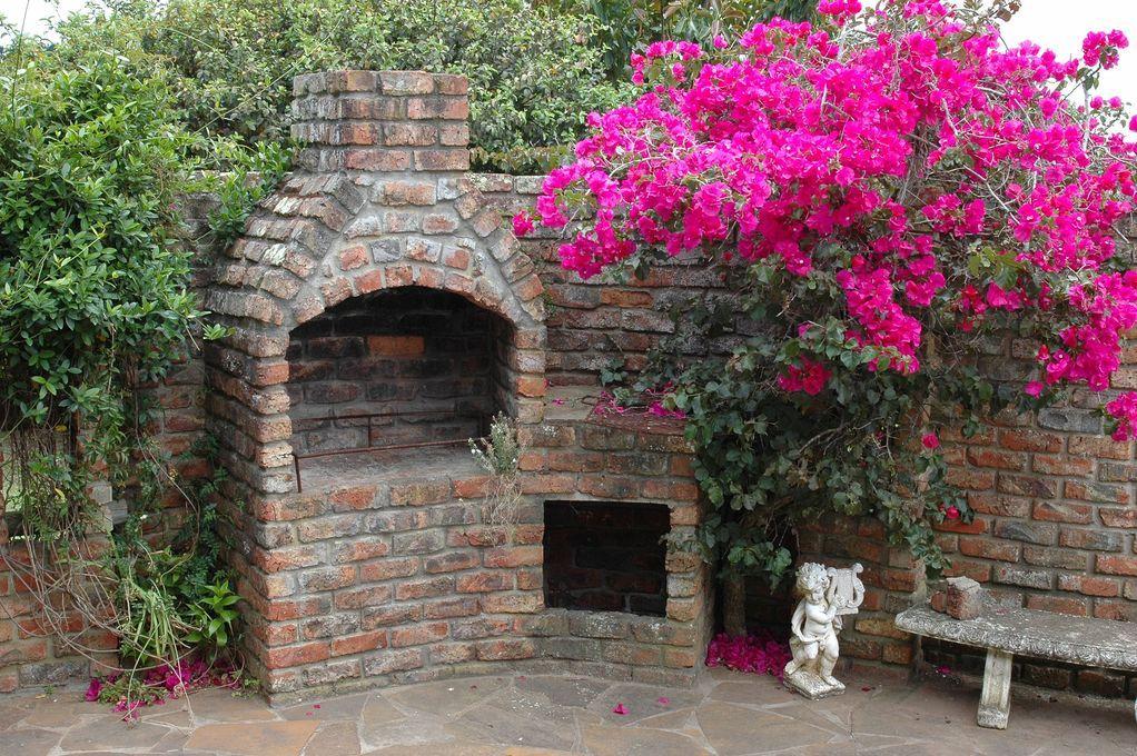 barbecue-pierre-briques-terrasse-fleurs-roses-full-12287299jpg