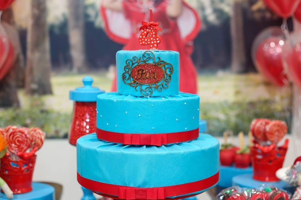 Uma festa deliciosa com o tema da Chapeuzinho Vermelho com uma família incrível. A festa usou um arranjo de balões duplos e vermelhos feitos pela Balão Cultura. Créditos; Decoração com Balões: Balão Cultura (www.balaocultura.com.br) Doces decorados: Cozinha da Tia Projeto e decoração: Festa com Amor (Silvia Petratti) #balaocultura #balãocultura #festamenina #girlparty #chapeuzinhovermelho #festachapeuzinhovermelho #decoraçãocombaloes #iloveballoon #balloonwithballoon