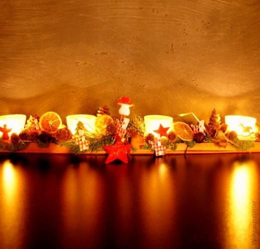 Adventsdeko aus ein Stück Dachlatte, Teelichthaltern und etwas Weihnachtsdekoration