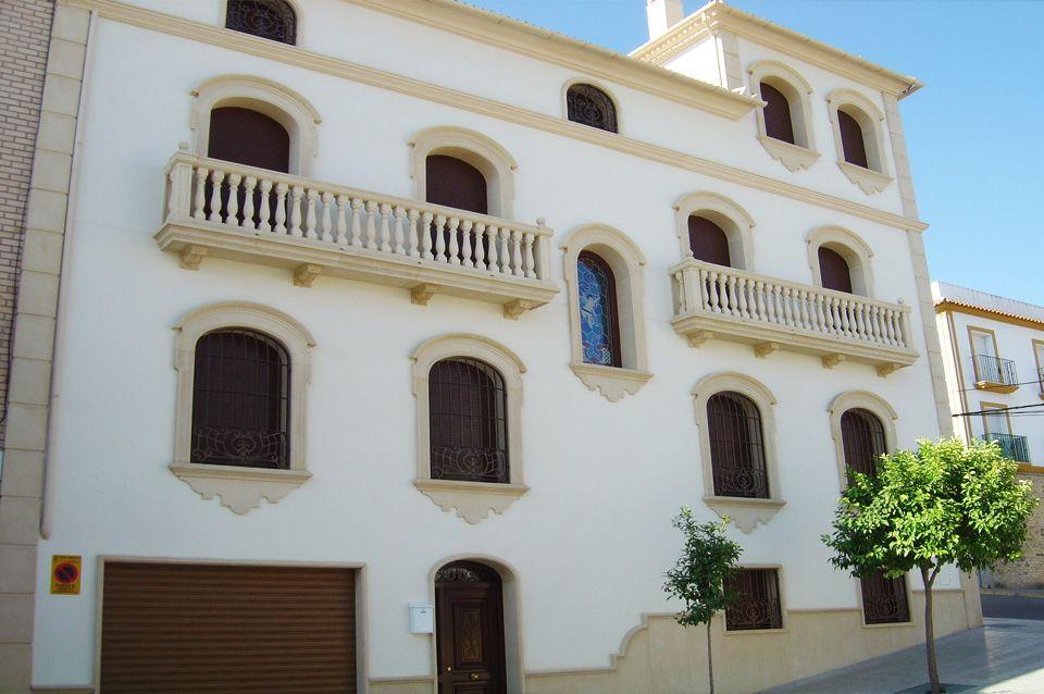 Vivienda cl sica andaluza con recercados con dintel curvo y balcones con balaustres de piedra - Balaustres de piedra ...