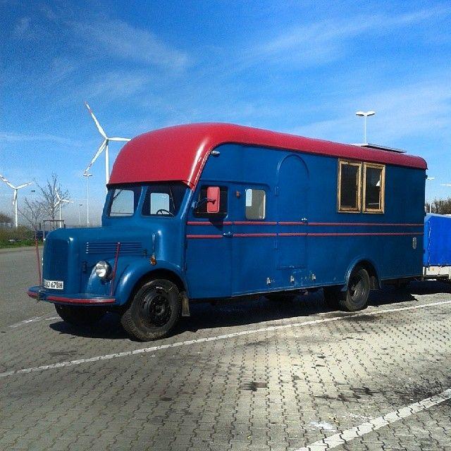 Ein Zum Wohnmobil Umgebauter Lkw