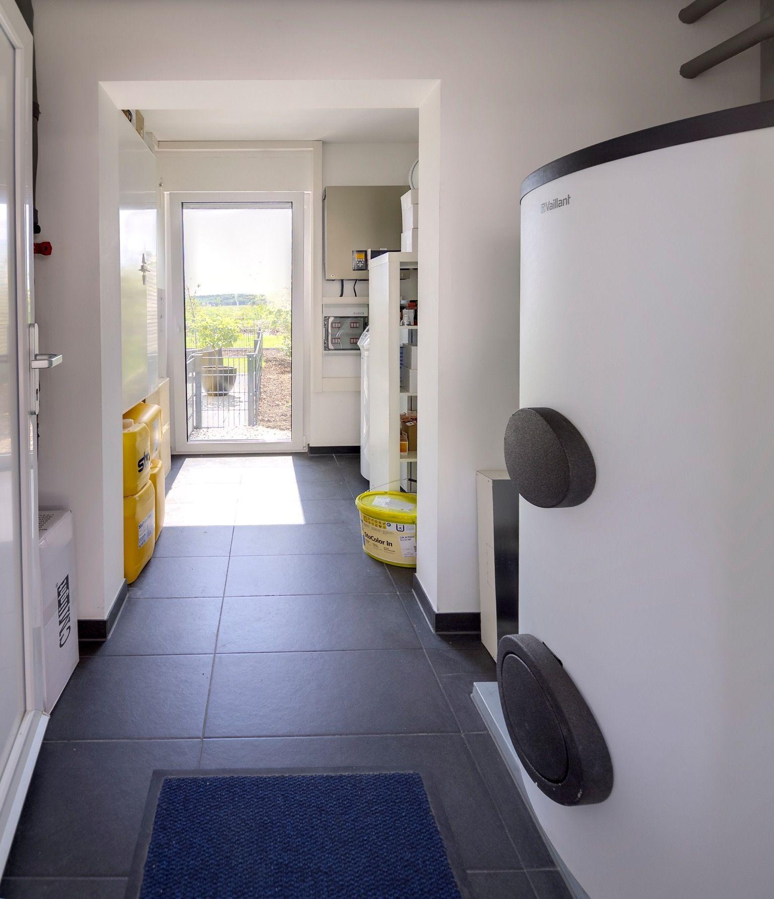 Technikraum mit Warmwasserboiler und Wärmepumpe   FischerHaus-Merx ...