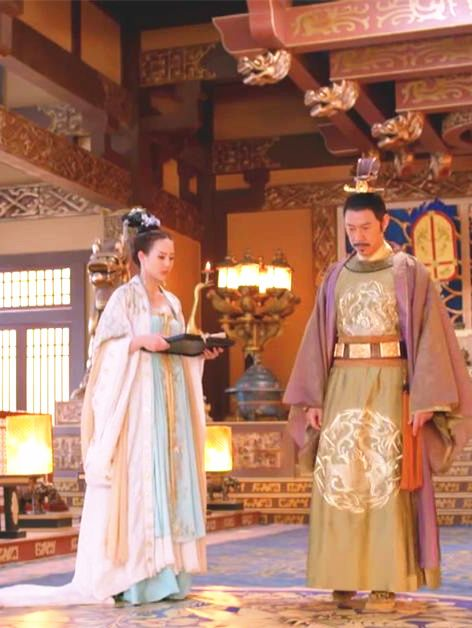 Hanfu:traditional Chinese costume. Zhang Junning(left) in 'Empress of China'.