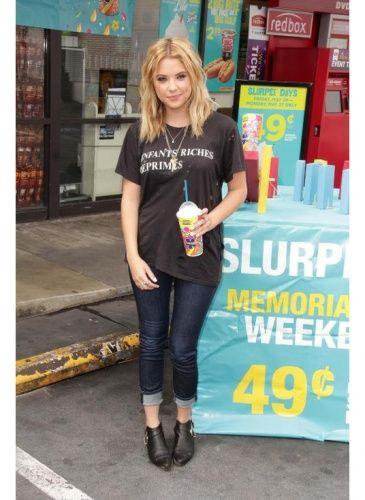 7f3645b3147c3e Ashley Benson Look de star Rock Ashley Benson et son t-shirt Enfants riches  déprimés.