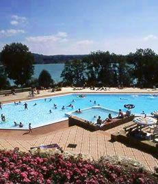 La Pergola camping. Zwembad en meer om in te zwemmen