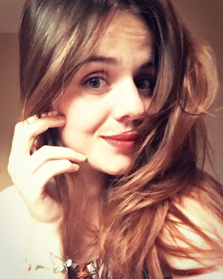 """""""Porque ela é o tipo de garota para quem deveriam compor músicas, escrever poemas e dedicar livros."""" -📖🦋"""
