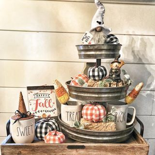 60 Elegant Fall home decor ideas with Pumpkins, Buffalo Checks & Ginghams to welcome the Harvest season - Ethinify #herbstdekotischtablett