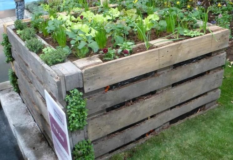 potager sureleve avec palette en bois de recuperation recyclage jardin pinterest potager. Black Bedroom Furniture Sets. Home Design Ideas