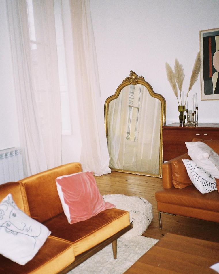 Antiker Spiegel in der Ecke des Wohnzimmers Antiker Spiegel in der Ecke des Wo