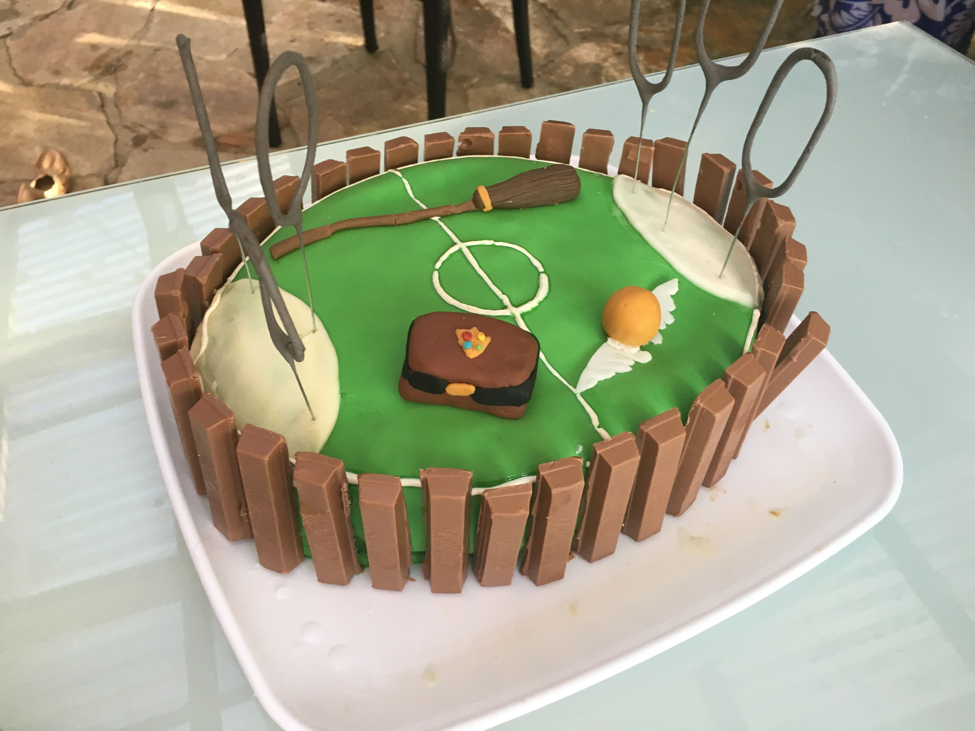 omg a harry potter quidditch cake i 39 m so making this for my next birthday harry potter. Black Bedroom Furniture Sets. Home Design Ideas