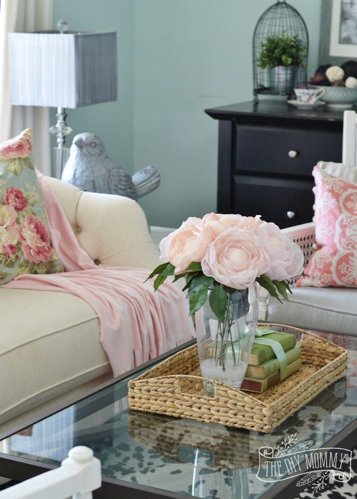 Wohnzimmer In Landhausstil, Wandfarbe Türkis, Weißes Sofa, Deko Kissen Mit  Blumenmuster, Rosenstrauß
