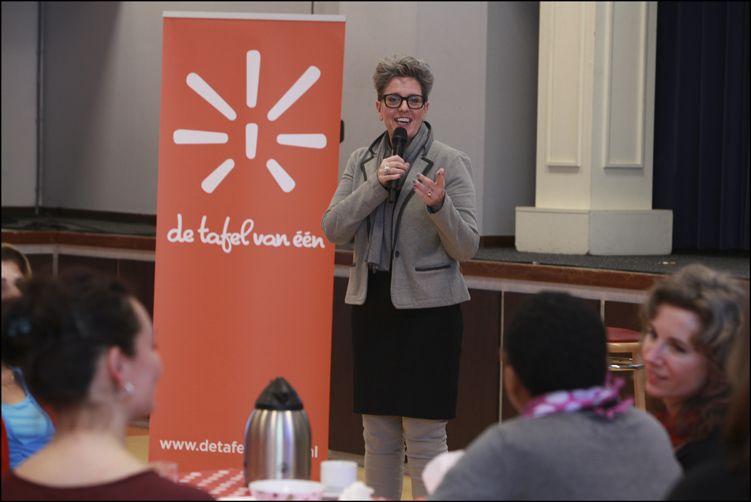 Ineke Hurkmans legt uit hoe de tafelgesprekken werken. Foto: Rebke Klokke.