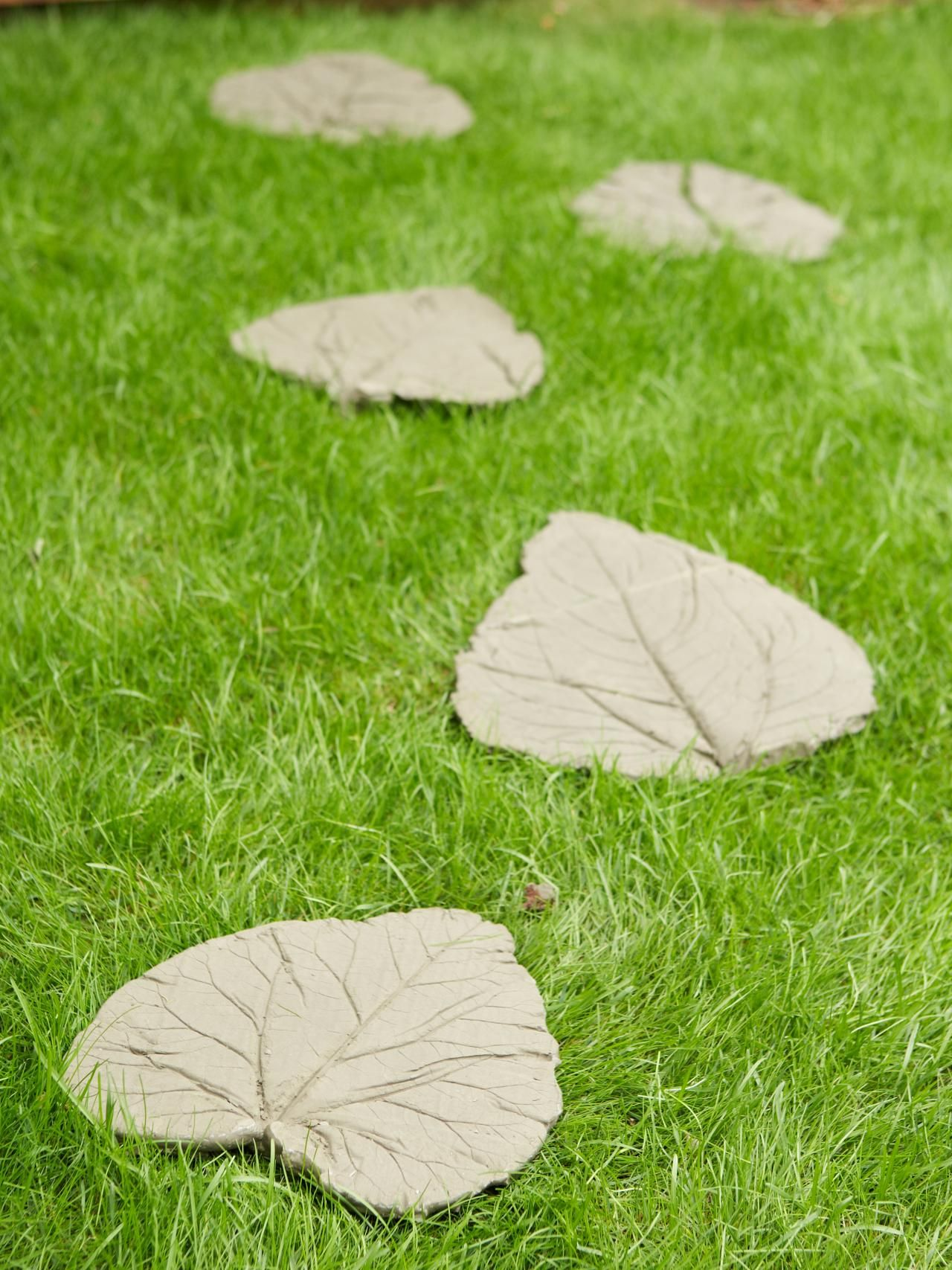 DIYing is always a good choice when it comes to garden decor. You ...