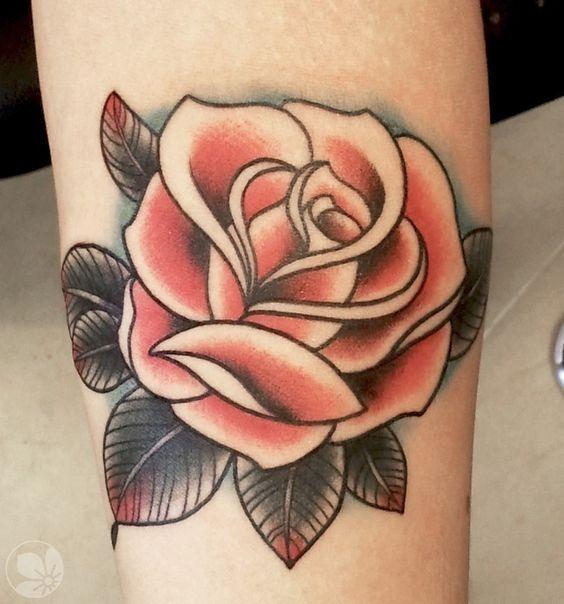 Сексуальный парень с красной розой и с тату