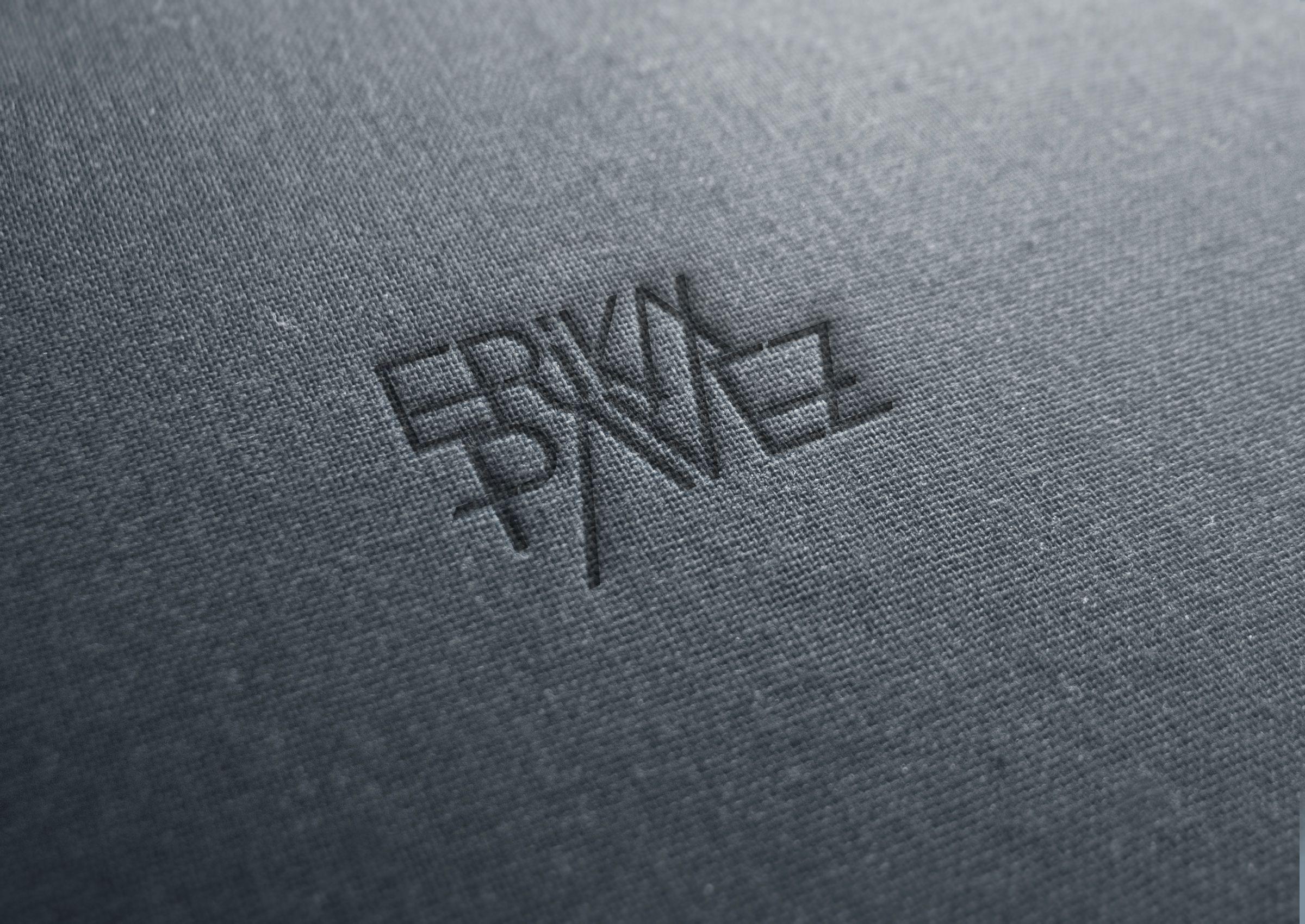 Aplicacion en tela del logo de la marca de ropa Erika Pavez