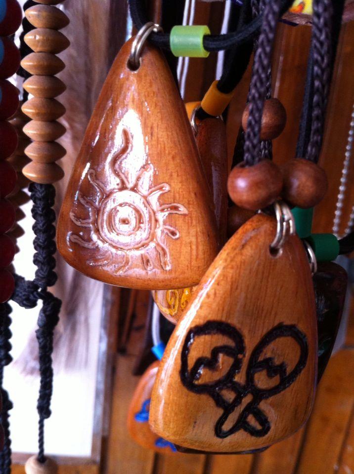 Dijes de madera de Caoba