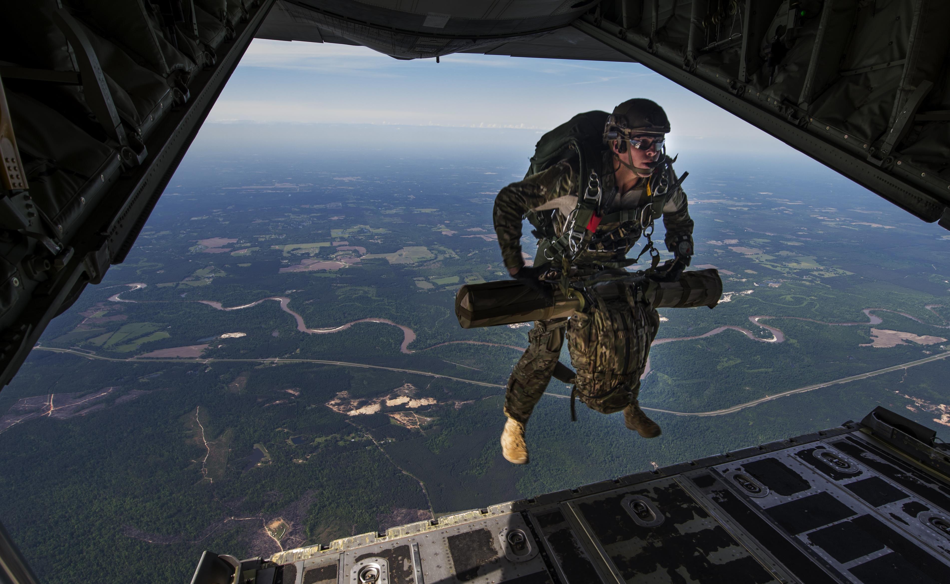 Ein Combat Controller der USLuftwaffe springt am 22