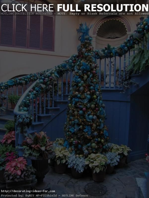 Accessories To Decorate The Staircase For Christmas - http://www.decorzy.com/accessories-to-decorate-the-staircase-for-christmas.html
