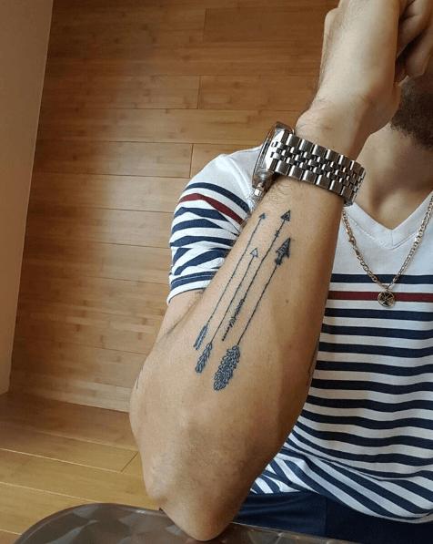 tatouage femme discret poignet fleche beaux tatouages. Black Bedroom Furniture Sets. Home Design Ideas