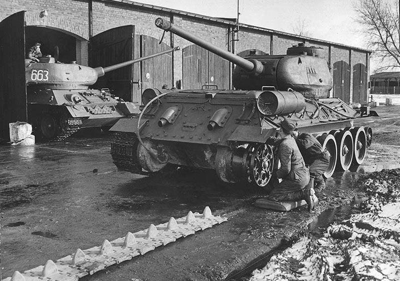 Arbeiten am Fahrwerk des Panzers T-34 Mitte der 50'er Jahre, vermutlich im Objekt Großenhain.
