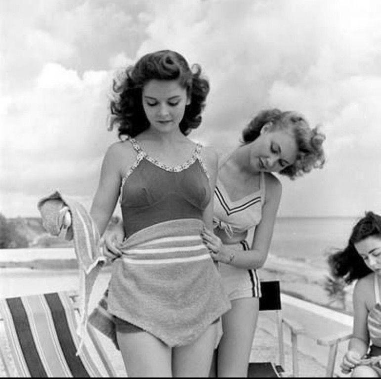 Beach goers, 1948 : OldSchoolCool #vintageswimwear