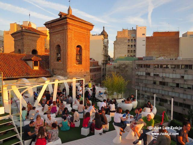 La Terraza Gymage De La Plaza De La Luna De Madrid Un Estupendo Sitio Para Tomarse Una Copa A La Puesta De Sol Puestas De Sol Terrazas Plaza