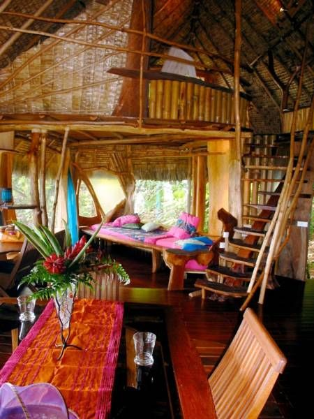 Colourful living room of Vanira Lodge in Teahupoo in Tahiti - www.bedandbreakfast.eu