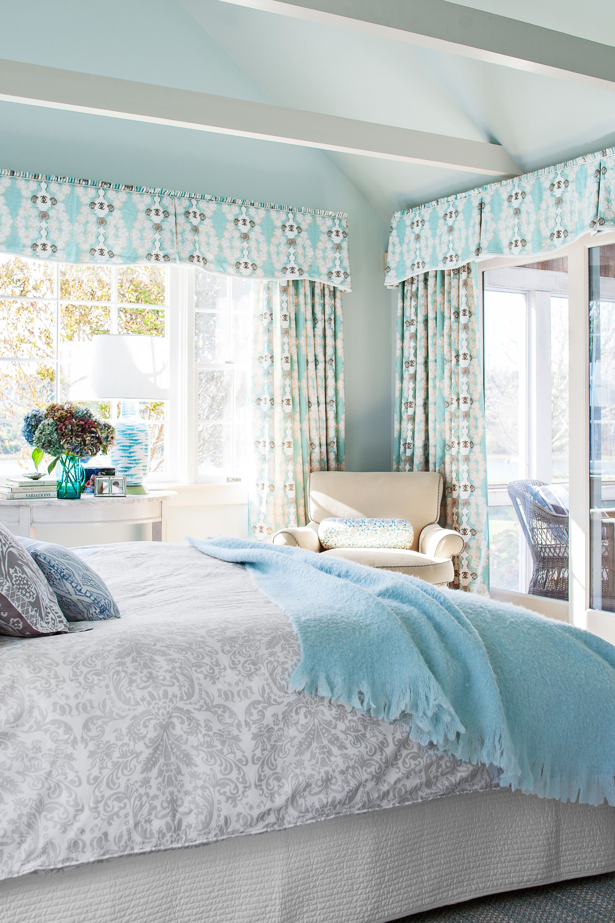 10. Blue accessories can change the mood of a room.