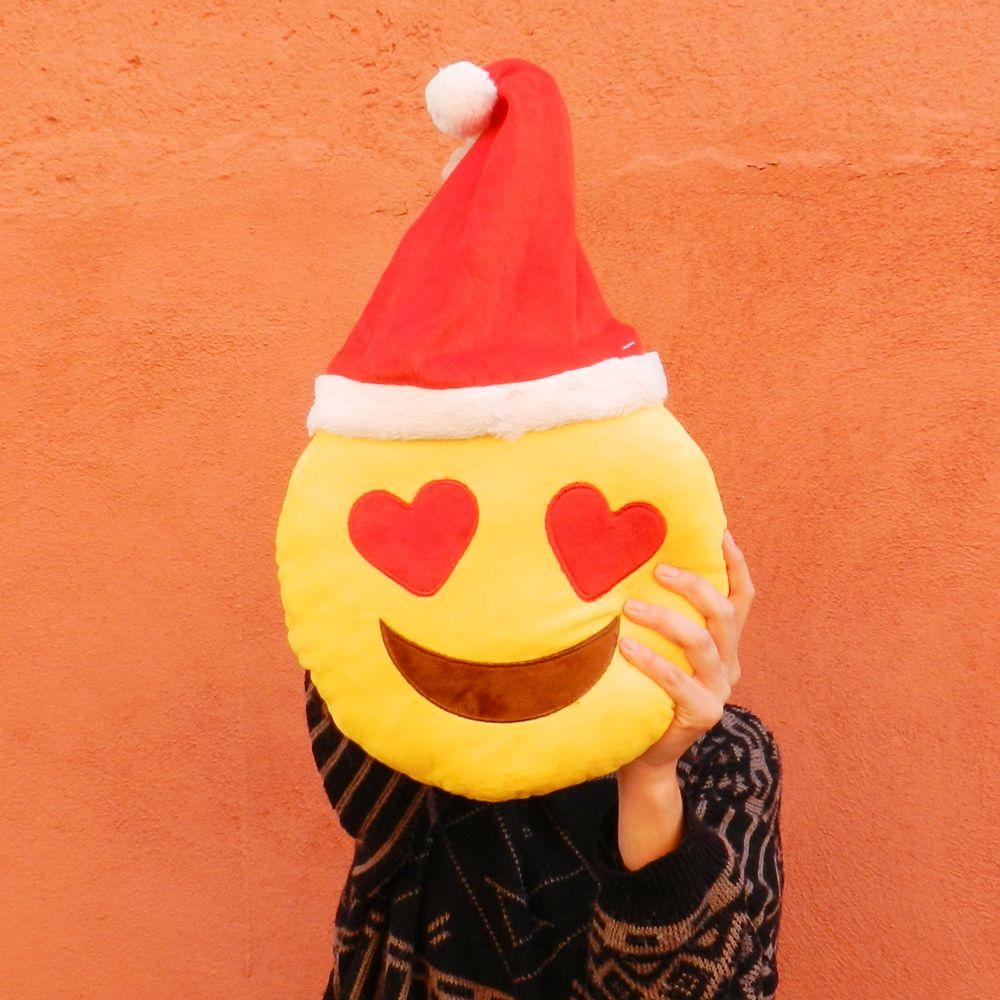 Celebra la navidad de la mejor manera posible con estos emojis tan divertidos con gorro al más puro estilo Papa Noel. Si quieres celebrar una navidad más divertida, estos cojines te ayudarán a echar unas risas cuando alguien vaya a tu casa y se los encuentre en el sofá. Nuestros modelos son:  Caca Noel: La más divertida de las caquitas también disfruta celebrando la navidad Enamorado Noel: Si estás enamorad@ este cojín será un detalle romántico a la vez que divertido