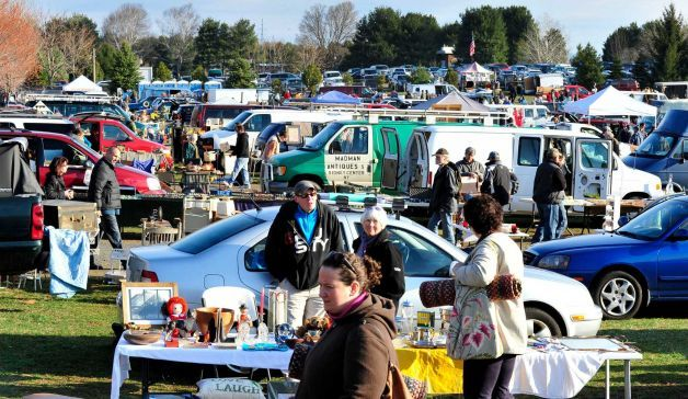 Over 300 Dealer Vendors Offer Merchandise At The Elephant S Trunk Country Flea Market In New Ord Conn Sunday April 14 2017
