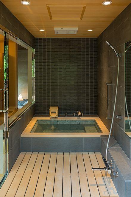 ヒノキの注ぎ口で源泉を楽しむ浴室 浴室リフォーム 和風の家の設計