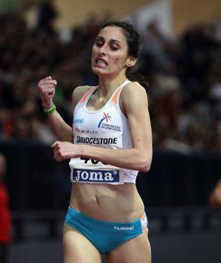 Solange Pereira cruza la línea de meta en primera posición.
