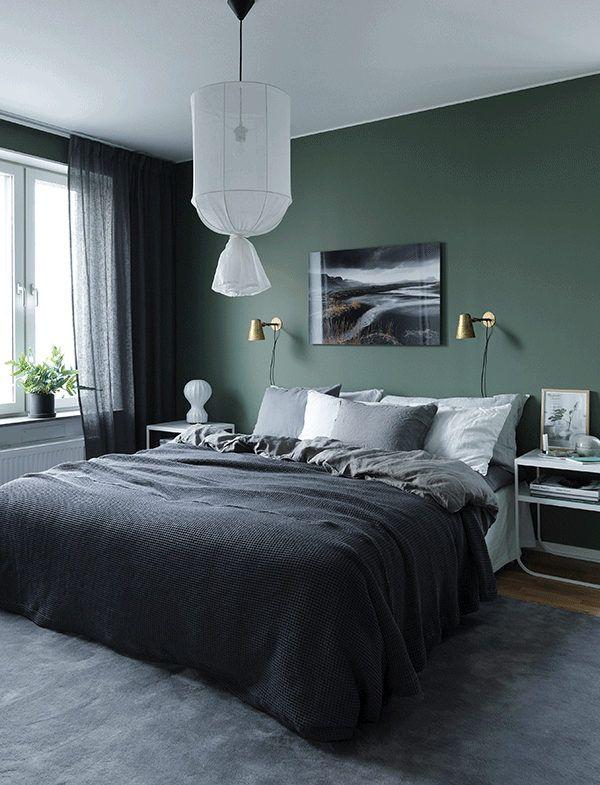 Een slaapkamer met donkere muren  Alles voor in huis