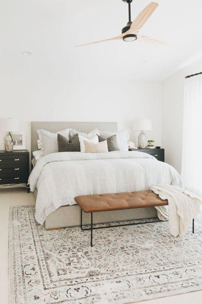 Modernes Bauernschlafzimmer, weiße Wände und neutrales ...