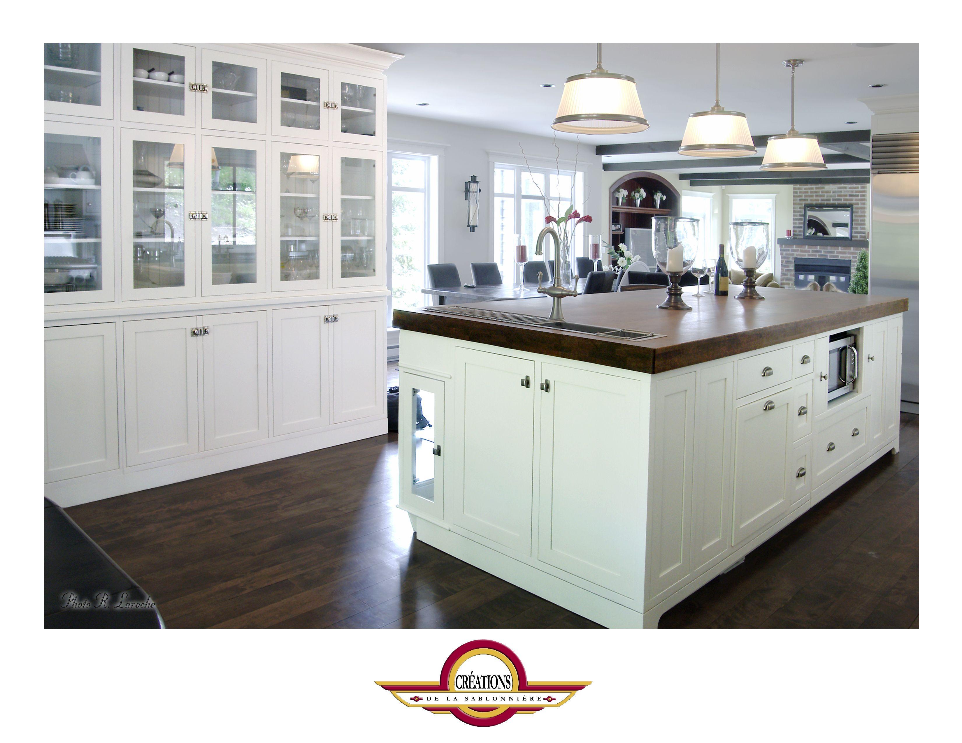 armoire de cuisine en merisier blanc avec un comptoir de bois massif teint fonc sur l 39 ilot. Black Bedroom Furniture Sets. Home Design Ideas