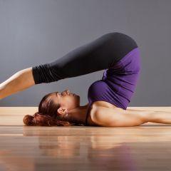 představení jógové pozice halásana  pozice pluhu  yoga