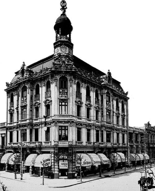 Edifico London-Paris, 1908. En 18 de Julio esquina Río Negro, Montevideo.