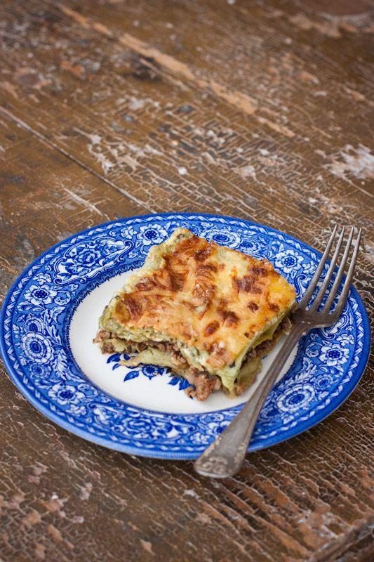 Lasagne, det måste ju vara den ultimata maten. Det funkar lika bra att äta lasagne en vanlig torsdag med familjen som en ruggig lördagkväll med vänner. I veckan gjorde jag en rejäl omgång som har räckt till både middag och sedan ett helt gäng matlådor. Perfekt att ha i frysen och ta fram när tiden … Continued