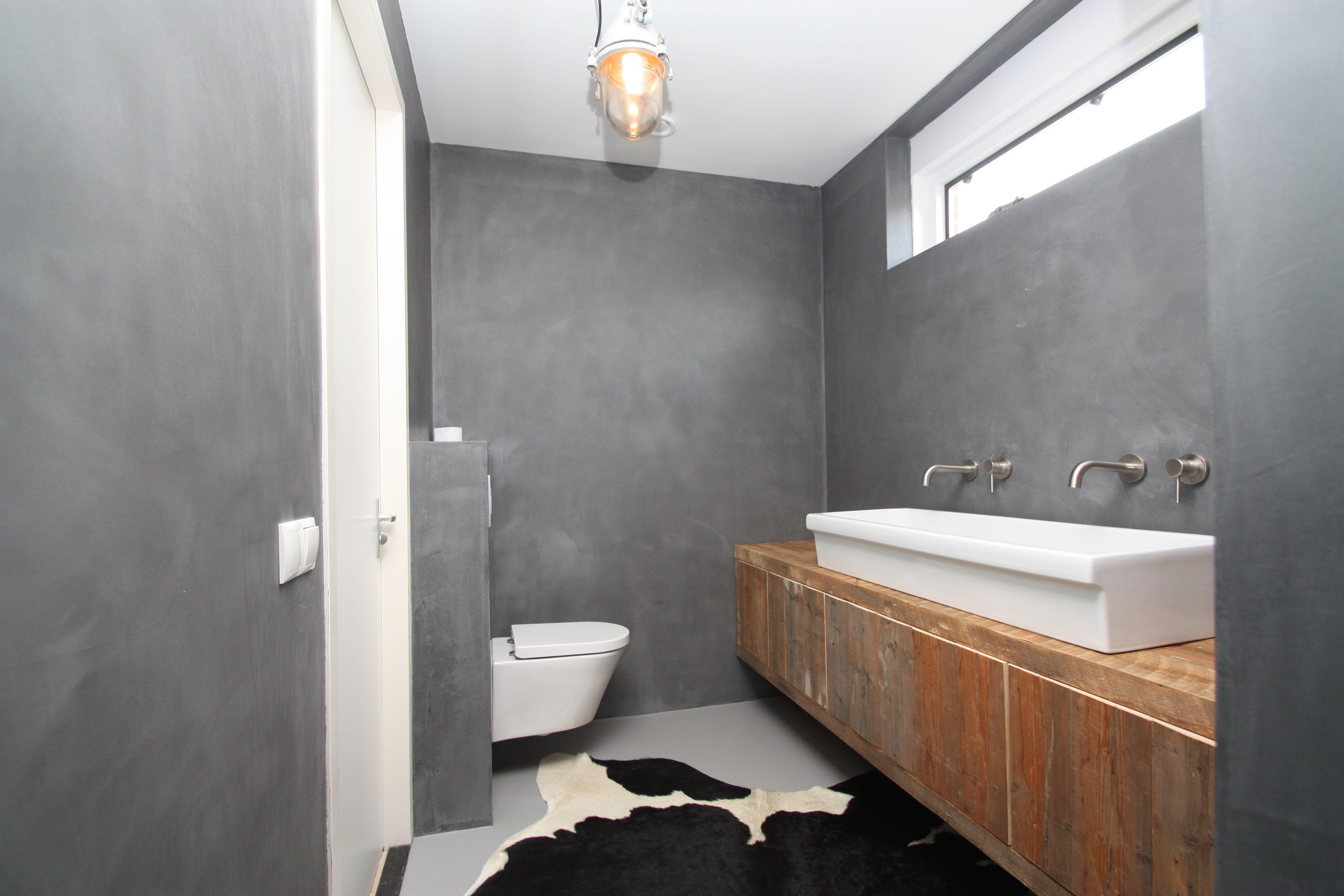 Beton Cire Tegels : Deze cemcolori badkamer is voorzien van een mooie beton ciré