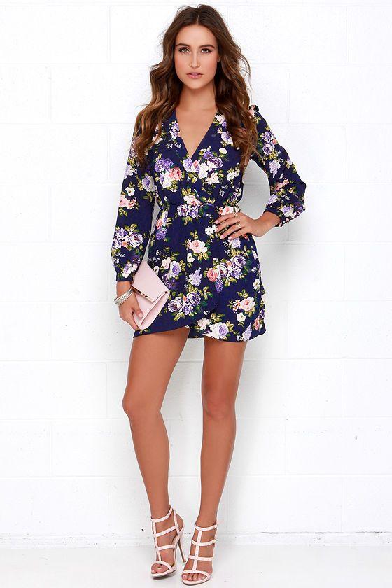 Eso es un vestido estampado azul del abrigo de la marina de guerra floral en Lulus.com!