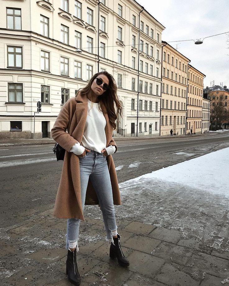 Winteroutfit #winteroutfits Winteroutfit | Stil | Mode | kantig | schick | langer beiger Mantel | weißer gestrickter Pullover | Strickwaren | schwarz…