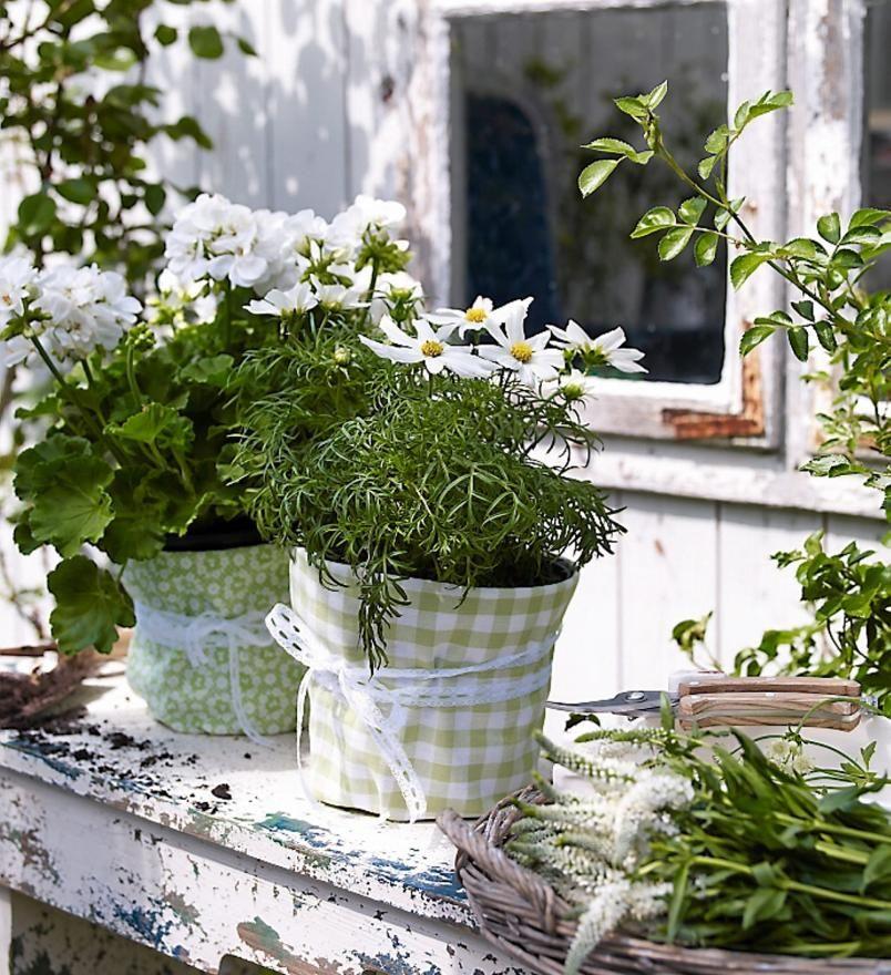 SÆRPREG: Ønsker du at blomsterkrukkene skal matche uteområdet kan du surre et pent stoff rundt dem, og knyte med et lekkert bånd.=