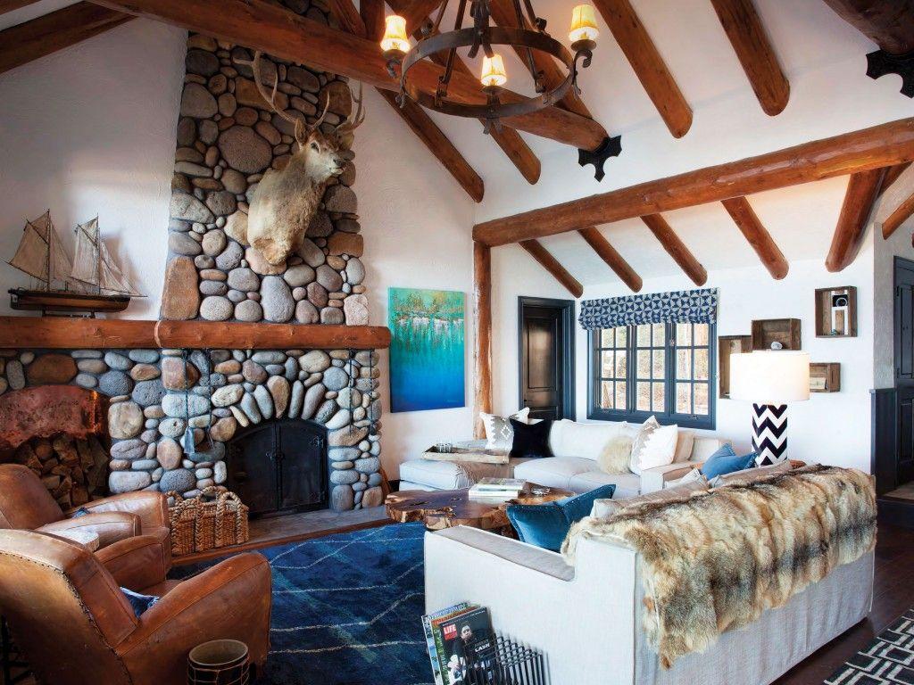 El alce es un recuerdo de la hacienda del tío de Gildred en Montana;  La familia de Gildred recogió las piedras de la chimenea en los años 80;  la lámpara del galón es de Ralph Lauren Home;  la tabla de punta en vivo es otra creación Royce Johnson.