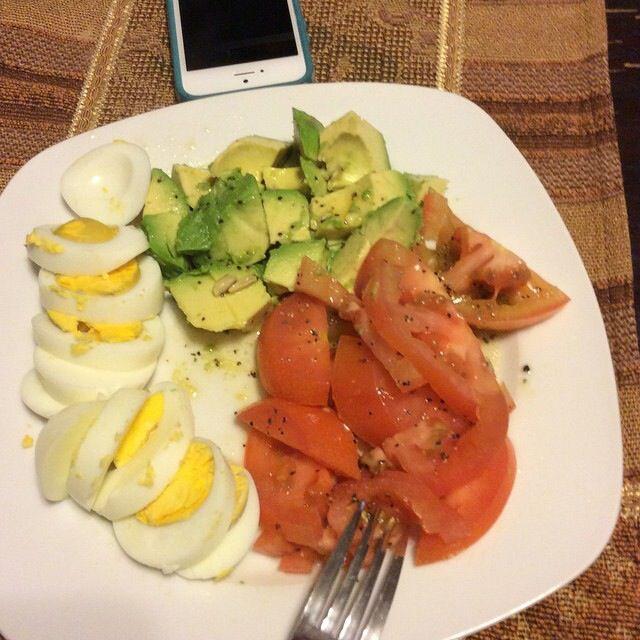 Aguacate,huevos cocidos,jitomate ,aderezo: aceite de olivo extra virgen ,pimienta y limòn