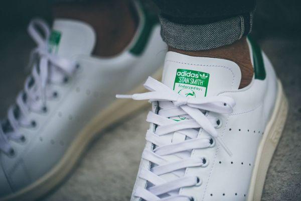 Découvrez la Adidas Stan Smith Vintage White Green, une sneaker pour homme avec une semelle jaunie (collection printemps été