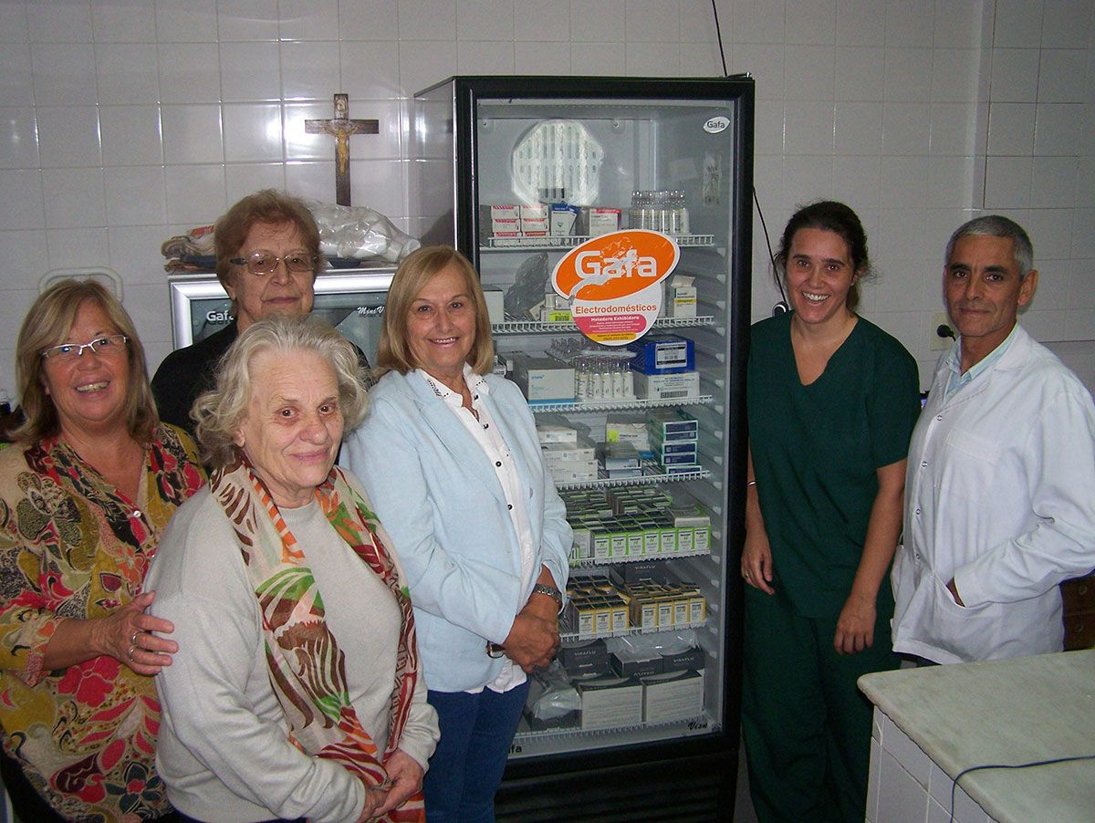 La Asociación Cooperadora del Hospital entregó dos heladeras al director del nosocomio