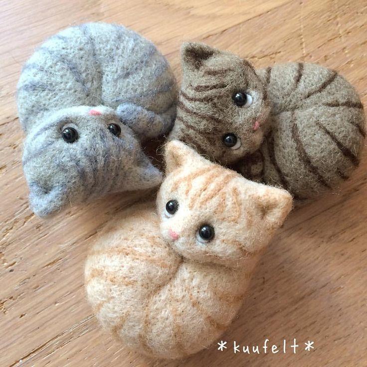 * とらとらとら * それぞれの個性が顔に出てますね * * 販売先についての問い合わせが増えてきましたのでお知らせします * 最近作っている猫作品は 5月開催の「おしゃれネコ展」にて販売します 会場は東京都台東区東上野にあるGALLERY 心さん(@galleryshin.tokyo)です 詳細は会期が近づきましたらお知らせします * その前に 3月初めに3〜4点のみインスタ販売も予定しています * 昨年からGALLERY 心さんでの販売がメインになっていますので 東京には買いに行けないと連絡くださる方は どうぞこの機会によろしくお願いいたします * 最近の作品の中で もしインスタで販売してほしい作品がありましたら コメントいただけると嬉しいです 全てのご希望に添うことは難しいかと思いますが コメントしたから是非買ってくださいということはありませんので笑 お気軽にお願いします * #羊毛フェルト#羊毛氈#양모펠트#felt#needlefelting#wool#インテリア雑貨#羊毛雑貨#ハンドメイド#手仕事#ものづくり#素敵な暮らし#シンプル#大人可愛い#動物雑貨#猫#cat#置物 #needlefeltedcat