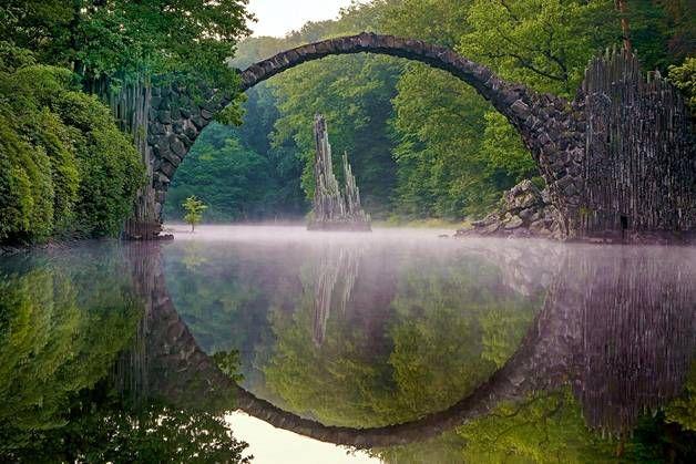 Roman Robroek vieraili sillalla ja odotti täydellistä hetkeä. Upa valokuva syntyi klo 5 aamuyöllä, kun paikka oli hiljainen ja tyyni ja sumu oli laskeutunut veden ylle.