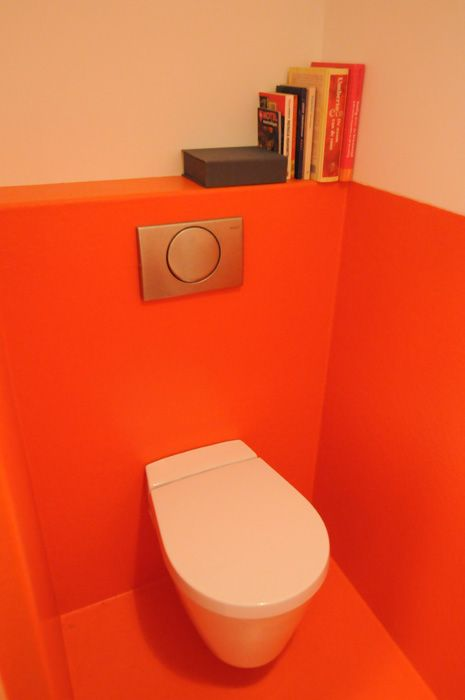 toiletruimte met vloer en lambrizering van oranje polyester ...