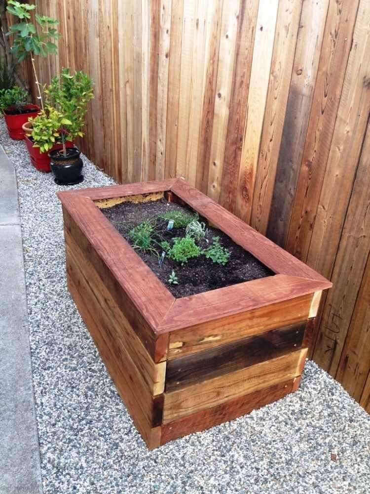 clôture de jardin et bac à fleurs en lattes de bois, gravier ...